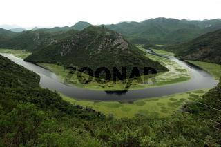 Die Landschaft bei Rijeka Crnojevica mit dem Fluss Rijeka Crnojevica am westlichen ende des Skadarsko Jezero See oder Skadarsee in Zentral Montenegro in Montenegro im Balkan am Mittelmeer in Europa.