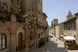 Gasse in Certaldo, alte Stadt in der Provinz Florenz, Toskana, Italien