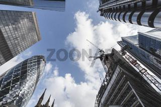 Ein Stück Himmel im Londoner Bankenviertel, England, Großbritannien.