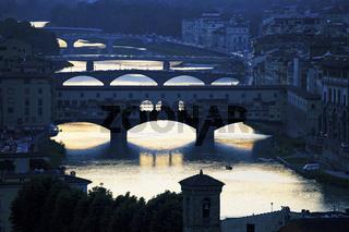 Blick ueber den Arno und Ponte Vecchio, Florenz, Toskana, Italy