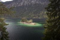 Kleine Insel im Eibsee, Bayern, im Frühling