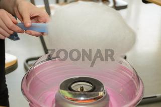 Zuckerwatte wird mit einer Maschine selbst gemacht