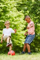 Freunde spielen Fußball im Park