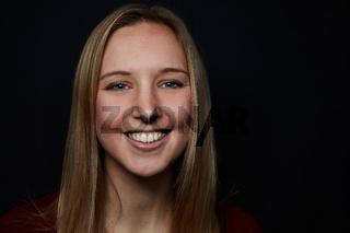 Junge blonde Frau lächelt frontal