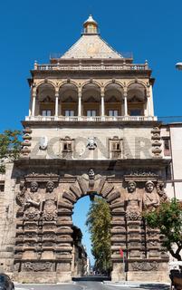 Die historische Porta Nuova in Palermo