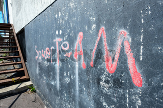 Rote Schrift Soccer Team als Grafitti an schwarzer Wand
