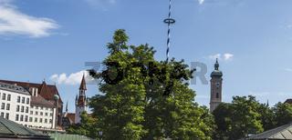 München - der Maibaum und die Kirche St.Peter am Viktualienmarkt