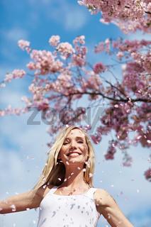 Lachende Frau unter Kirschbaum