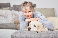 Einsame Frau als Senior mit ihrem Hund