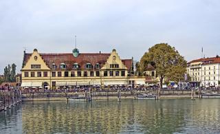 Blick vom Lindauer Hafen zum Bahnhof