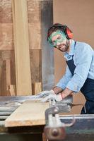 Schreiner sägt Holzbrett an Kreissäge