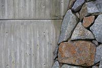 Betonmauer und Naturstein