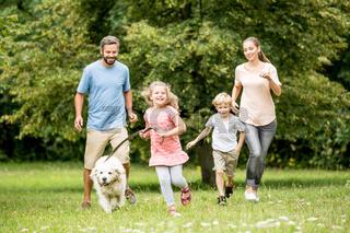 Familie in der Natur mit Hund