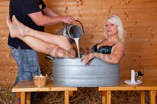 Frau badet in Milch 271