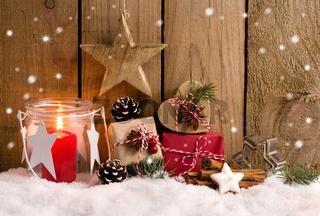Weihnachten - Päckchen und Laterne vor Holzzaun mit Schneeflocken