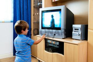 Kleines Kind beim Fernsehen mit Fernsehapparat