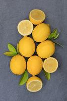 Zitrone Zitronen Früchte hochkant Schiefertafel von oben