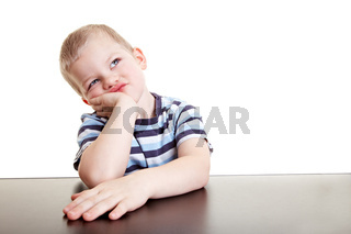 Kleiner Junge denkt nach