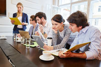 Junge Leute machen Analyse in Teamwork