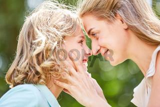 Fröhlicher Junge blickt seine Mutter an