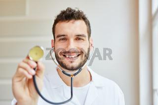 Facharzt mit Stethoskop zum Abhorchen