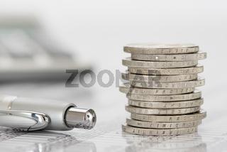 Stapel Euro Münzen auf Zahlentabelle