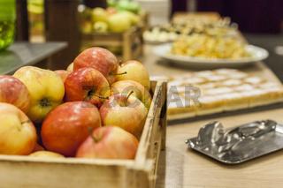 Frische Äpfel in einer Kiste - der gesunde Pausensnack