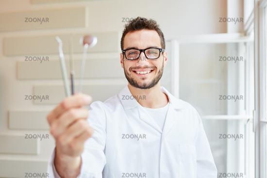Zahnarzthelfer mit Werkzeugen