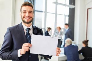 Geschäftmsann hält leeres Schild in seinen Händen