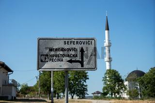 Strassenschild mit Moschee, Bosnien