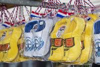 Den traditionellen holländischen Holzschuhen nachempfundene Touristenandenken erhältlich auf dem Käsemarkt von Alkmaar