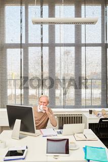 Älterer Geschäftsmann arbeitet im Büro