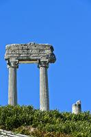 Korinthische Säulen aus Noviodunum Helvetiorum