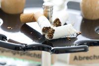 ausgedrückte Zigarette auf Stempelrondell