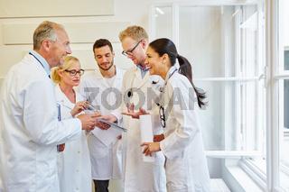 Ärzteteam freut sich über einen Erfolg