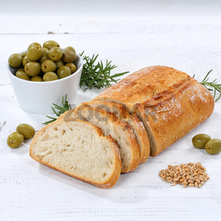 Ciabatta Brot mit Oliven Lebensmittel Quadrat auf Holzplatte