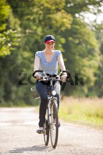 Junge Frau fährt Rad