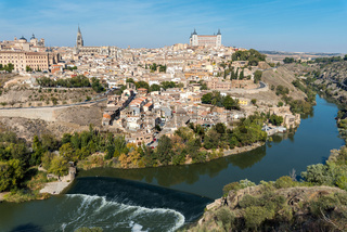 Toledo und der Tajo an einem sonnigen Tag