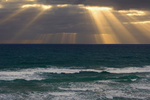 Sonnenstrahlen, Lichtstrahlen brechen durch eine dichte Wolkenbank ueber dem Meer, Mangawhai Head, auckland, Nordinsel, Neuseeland, Sunbeams, beams of light break through a dense bank of black clouds over the ocean, Mangawhai Head, Auckland, North Island,