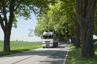 LKW und Autoschlange
