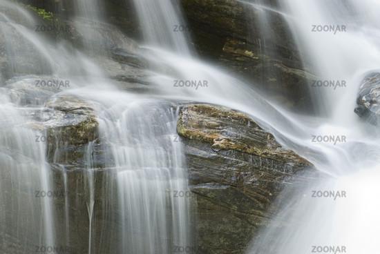 Wasserfall im Fluss Vezasca Lavertezzo in Tessin, Schweiz