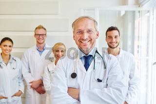 Erfolgreicher Chefarzt mit seinem Team