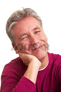 Zufriedener älterer Mann