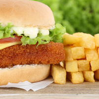 Fischburger Fisch Burger Backfisch Hamburger mit Pommes Frites Closeup Nahaufnahme