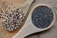Quinoa und Chia Samen auf einem Holzlöffel