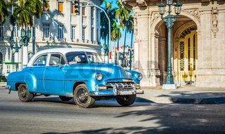HDR - Blauer amerikanischer Oldtimer fährt am Capitolio durch Havanna Kuba - Serie Kuba Reportage