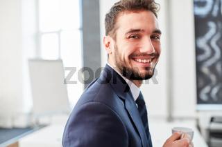 Entrepreneur freut sich über Kaffeepause