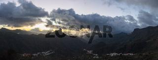 Panorama von Gran Canaria abends bei Sonnenuntergang