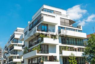 Moderne weisse Stadthäuser in Berlin