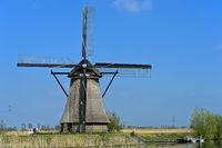Holländische Windmühle an einem Kanal